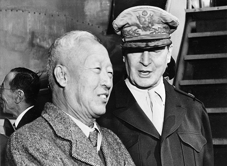 Generalul MacArthur (R) acompaniat de  Syngman Rhee, premierul Coreei de Sud în 1948.