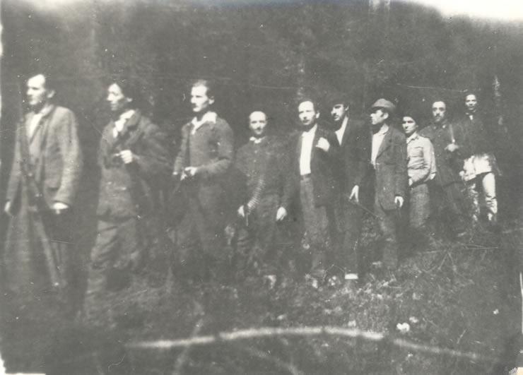 """O parte din membrii grupării subversive """"Gărzile lui Decebal"""" de pe muntele Bancu-Vatra Dornei, în luna septembrie a anului 1949"""
