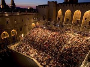 Avignon: s-a ridicat cortina...