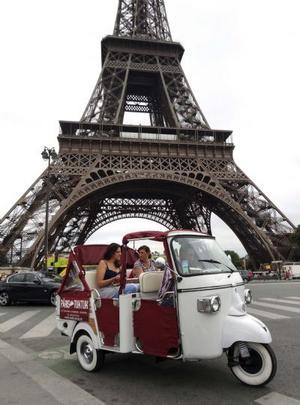 """Cu """"tuk-tuk-ul"""" prin Paris"""