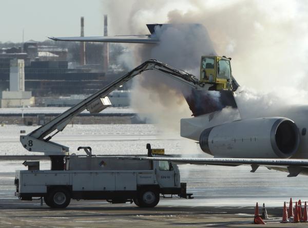 Un avion este dezgheţat pe aeroportul din Washington (Foto: Reuters/Gary Cameron).