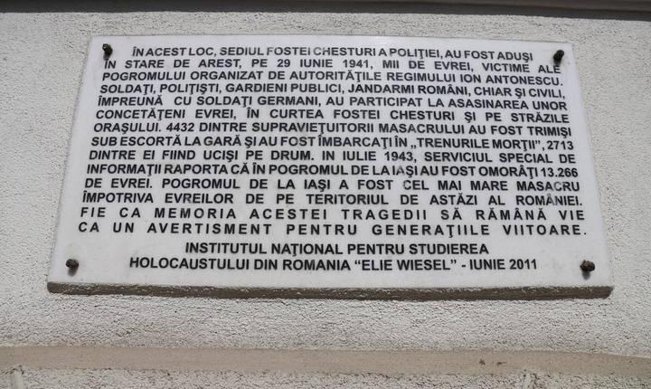 O placă comemorativă pe fațadă amintește ce s-a întâmplat aici în iunie 1941. © Stéphanie Trouillard/France24