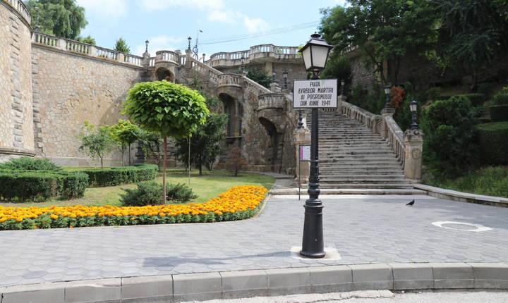 Puțin mai departe, pe drumul spre gară, o piață aduce un omagiu victimelor pogromului din Iași.