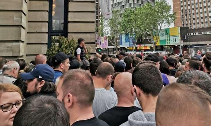 La Stratford în estul Londrei votanții au stat la coadă timp de peste șase ore (foto Marius Comper)