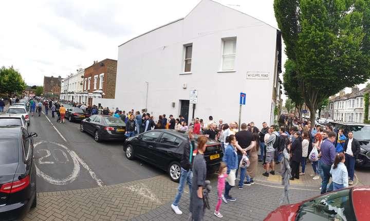 Cozi lungi și la Battersea în sudul Londrei ( foto: Ginel Lupescu)