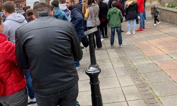 Românii au făcut coadă și la Glasgow în Scoția (foto Ionuț Rotariu)