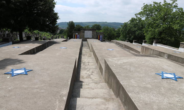 Cadavrele victimelor pogromului sunt strânse în câteva imense gropi comune. Aceste blocuri de beton amintesc de vagoanele morții. Stéphanie Trouillard/France24