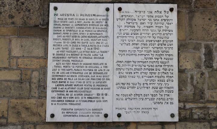 O placă bilingvă aplicată sub regimul comunist amintește, de asemenea, cursul acestui masacru și ne încurajează să nu uităm. Stéphanie Trouillard/France24
