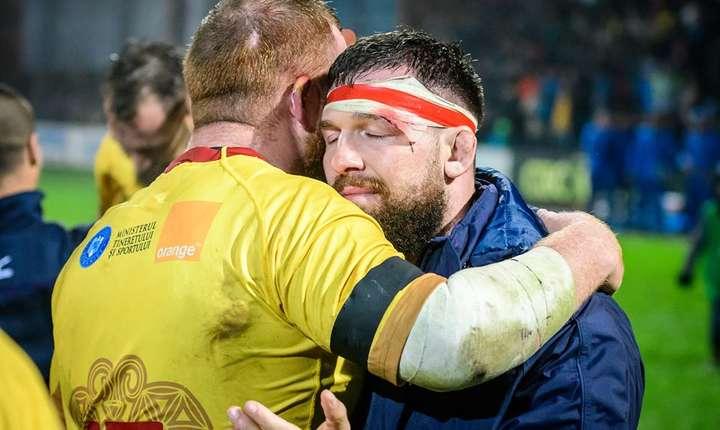 Marcatorii celor două eseuri, timișorenii Ionel Badiu și Andrei Rădoi, se îmbrățișează fericiți