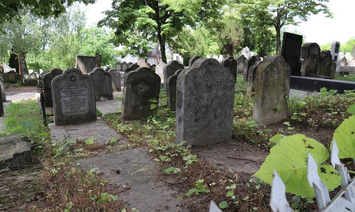 Rămășițele victimelor pogromului au fost duse la cimitirul evreiesc din nord-vestul orașului. Peste 100.000 de morminte, orientate în toate direcțiile, parcă în mișcare, acoperă un deal cu vedere la Iași.