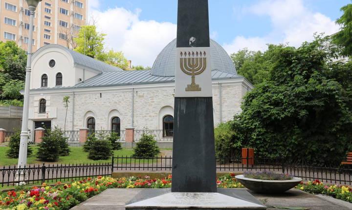 În fața marii sinagogi din Iași, în 1976 a fost inaugurat și un obelisc în memoria victimelor pogromului. © Stéphanie Trouillard/France24