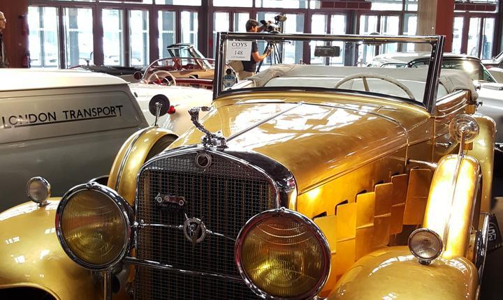Cadillac-ul model 1931 al pianistului american Liberace. Caroseria e datà cu foità de aur, mânerele de la portiere sunt din argint în afarà, din aur înàuntru
