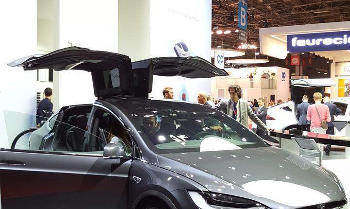 Modelul X de pe standul masinilor electrice Tesla
