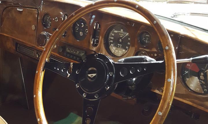Volanul si bordul unui Bentley