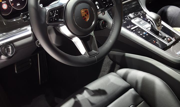 Volanul si bordul unui Porsche Panamera 4