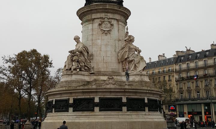 Statuia din Place de République, mult timp loc de reculegere si de manifestatii în memoria victimelor atentatelor, a fost complet curàtatà
