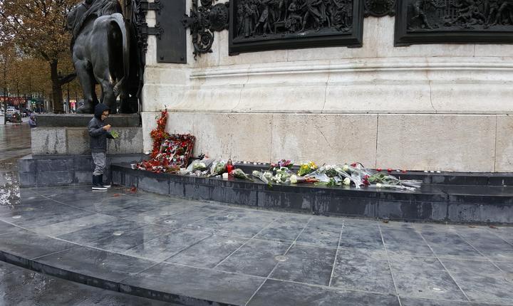 Doar un singur loc mic mai este accesibil la picioarele statuii din Place de la République celor care vor sà depunà o floaer sau o lumânare