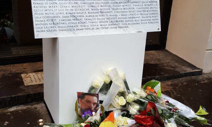 Flori multe depuse la baza plàci de la Bataclan pe care au fost înscrise numele celor 90 de victime
