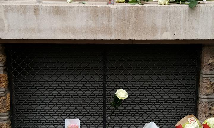 Placa si coroana de flori în memoria celor 21 de victime de la cafeneaua La Belle Equipe. Printre morti, doi români: Ciprian Calciu si Làcràmioara Pop
