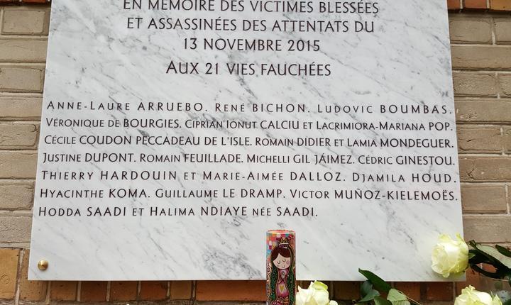Numele lui Ciprian Calciu si Làcràmioara Pop gravate pe placa comemorativà din fata cafenelei La Belle Equipe unde au fost ucisi cei doi români