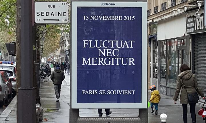"""Toate panourile municipale din Paris afisau în aceastà zi comemorativà deviza Parisului """"Fluctuat Nec Mergitur"""""""