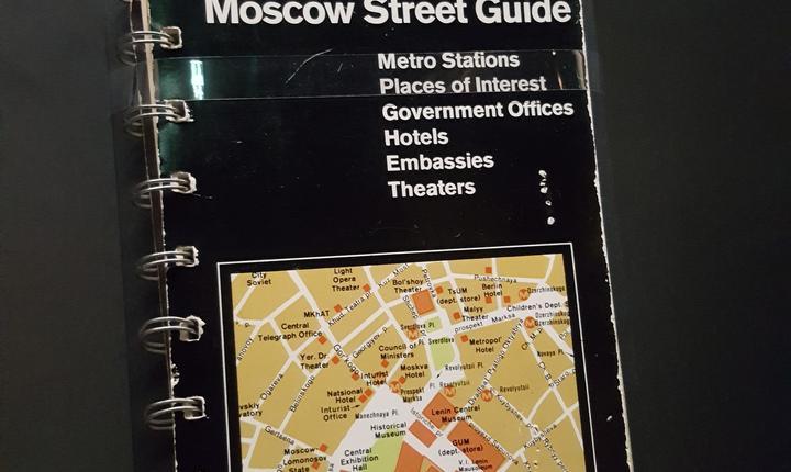 Ghidul stràzilor din Moscova editat de CIA; în timpul ràzboiului rece sovieticii omiteau sà treacà anumite stràzi si locuri în ghidul capitalei. Americanii decid deci sà-si doteze agentii cu un ghid adevàrat