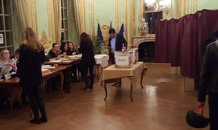 Salonul de aur al Palatului Béhague, resedinta ambasadorului român în Franta, transformat în sectie de votare