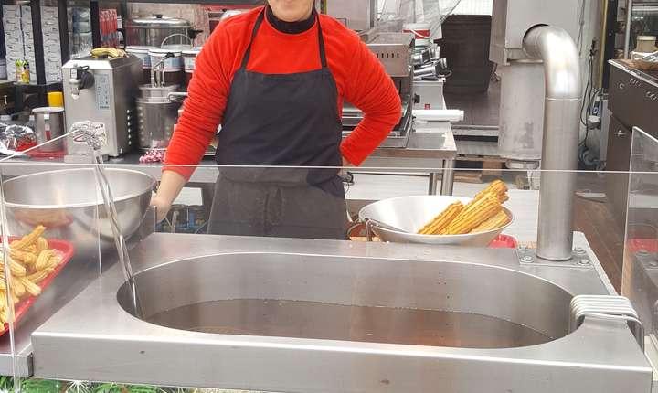 Alexandra vine de ani de zile în Franta si pregàteste clàtite si churros la Târgul de Cràciun de pe Champs-Elysées