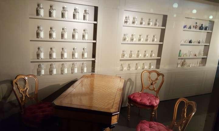 O reproducere a osmotecii de la Versailles, cea mai vastà colectie de mirosuri din lume: 4.000 de parfumuri din care 400 nu mai existà