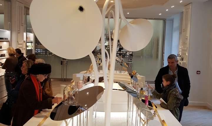 """O masà specialà dotatà cu """"pâlnii"""" de mirosit îi permite viztatorului sà plece de la muzeu cu parfumul cel mai potrivit"""