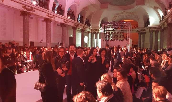 400 de invitati, din lumea modei, a afacerilor sau a presei, au asistat la parada lenjeriei franceze