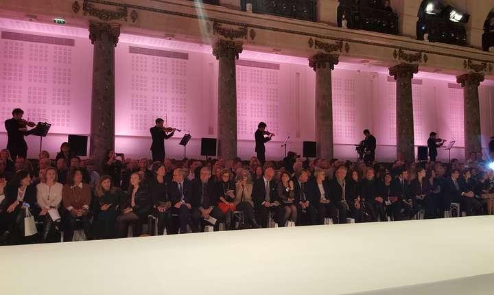 Orchestrà simfonicà cu 14 muzicieni, de o parte si de alta a sàli, pentru a însoti parada