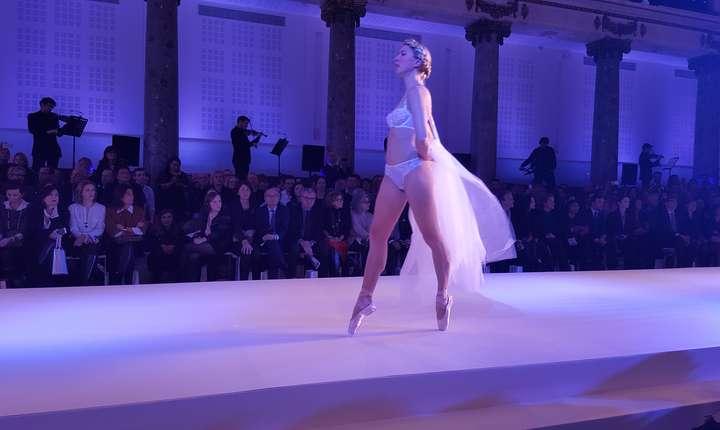 Manechine dar si dansatoare au prezentat diversele modele de lenjerie