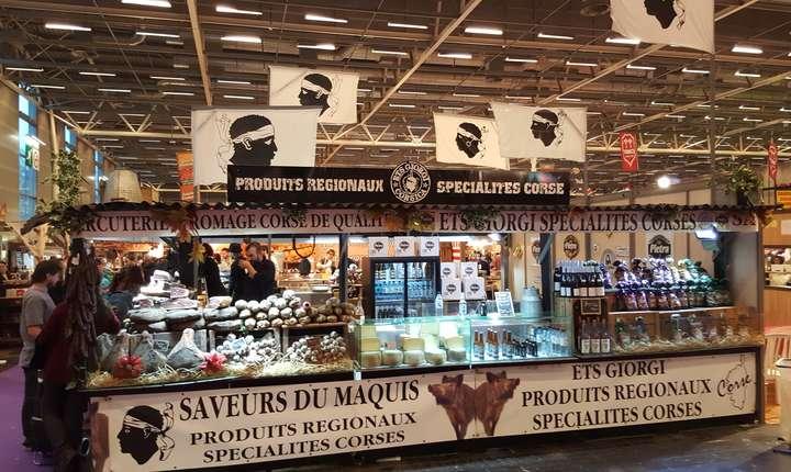 Sute de standuri (aici cel corsican) propun degustàri de feluri dintre cel emai bune
