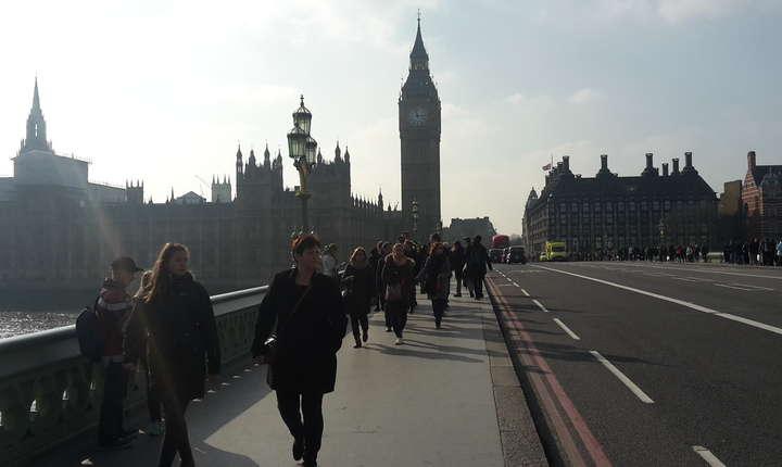 La celălalt capăt se află orologiul parlamentului, Big Ben, o altă mare atracție turistică, prilej de milioane de selfies