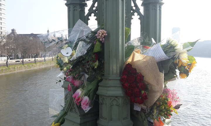La fiecare stâlp de felinar de pe podul peste Tamisa - sunt șapte în total pe ficare parte - sunt depuse buchete de flori în cinstea victimelor teroristului islamist