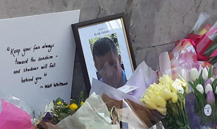 În dreptul lui Big Ben, de cealaltă parte gardului, au fost depuse nenumărate buchete de flori în memoria polițistului neînarmat Keith Palmer, înjunghiat de Khalid Mahmood în timp ce încerca să-l oprească în curtea parlamentului