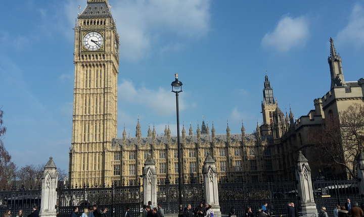 Parlamentul - simbolul suprem al democrației britanice - a continuat să funcționeze aproape fără perturbare după atacul terorist a cărui țintă a fost
