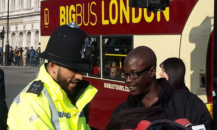 În preajma parlamentului sunt mai mușți polițiști ca de obicei, dar tot neînarmați și mereu amabili cu publicul