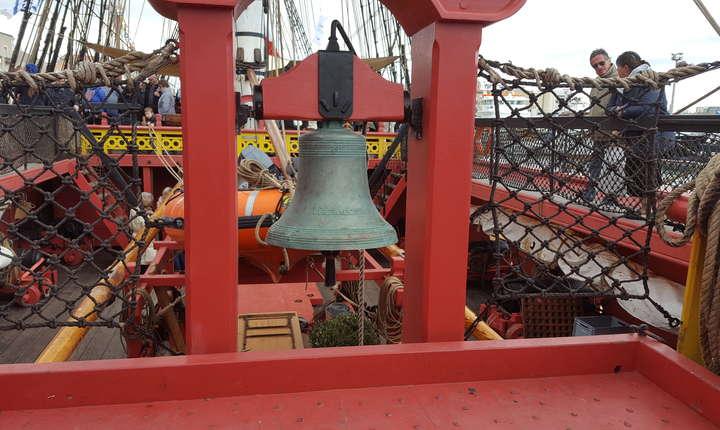 Clopotul mare da semnalul mesei; la bordul vasului, din lipsa de spatiu, se manânca în doua ture.