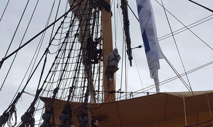 Cât sta acostata la mal, L'Hermione este revizuita si apretata pentru urmatorul voiaj pe mare