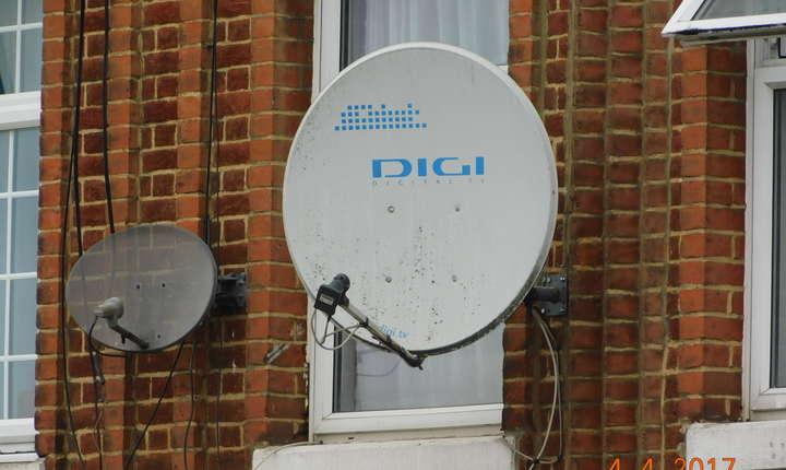 Numeroase case ca aceasta din Queensbury au antene de satelit TV românești