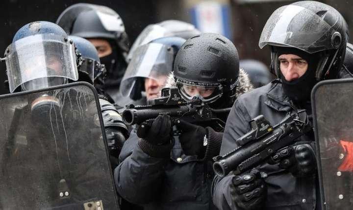 Poliţişti francezi la Paris pe data de 15 decembrie 2018 cînd vestele galbene manifestau pentru a cincea oară