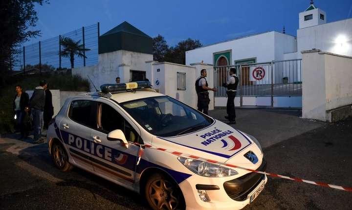 Patrulă a poliţiei în faţa moscheii din Bayonne, 28 octombrie 2019.