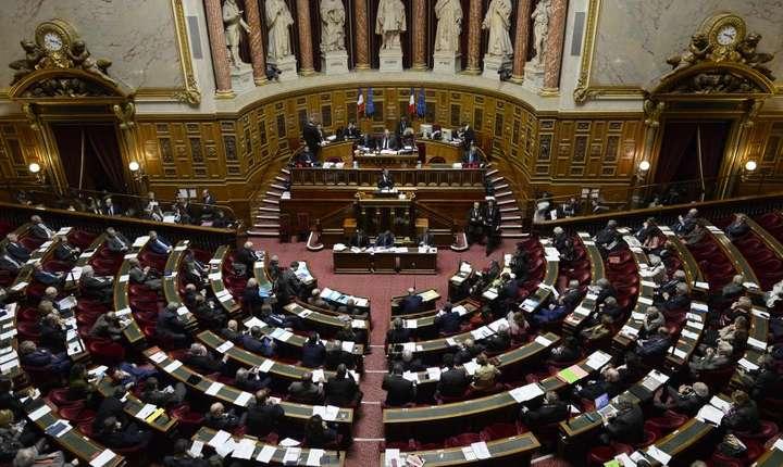 Senatul francez votînd prelungirea starii de urgenta în Franta