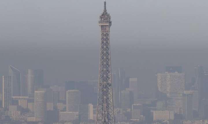 Efectele poluării aerului, uneori, la Paris: Turnul Eiffel se vede ca prin ceaţă