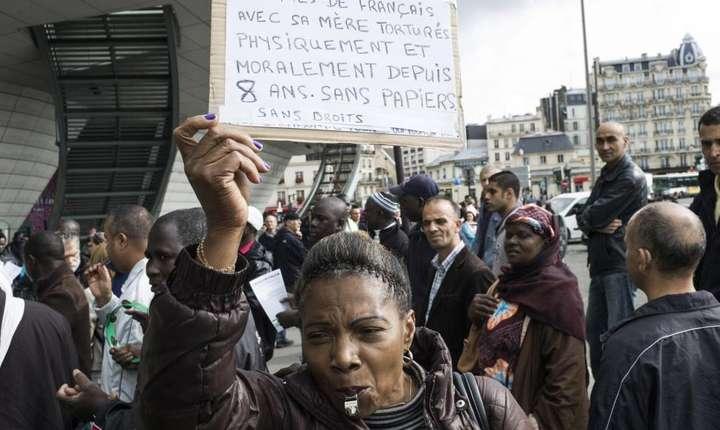 Imigranti fara acte în regula manifestînd la Paris pentru reglementarea situatiei lor