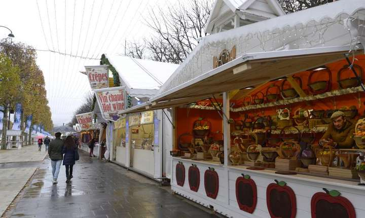 Piata de Craciun de pe Champs Elysées în asteptarea publicului