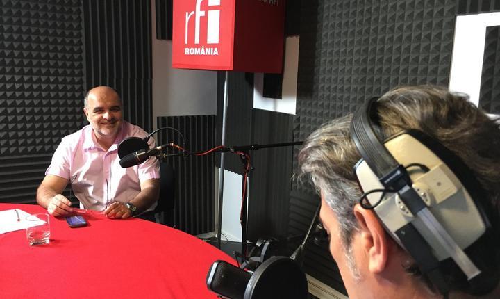 Ovidiu Nahoi și Nicolas Don in studioul de înregistrări RFI Romania