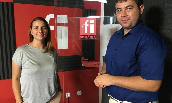Andreea Pietroșel și Gabriel Brezoiu in studioul de inregistrari al radio RFI Romania